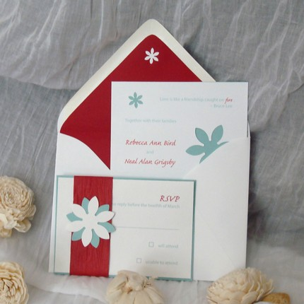 This daisy motif wedding invitation ensemble uses a contemporary and